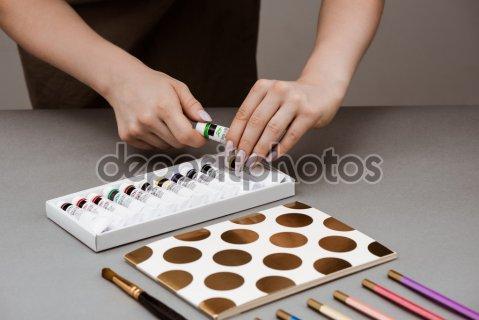 Руки девушки принимая масляной